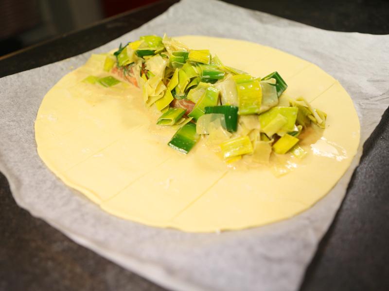 Etape 2 Saumon en croute et fondue de poireaux