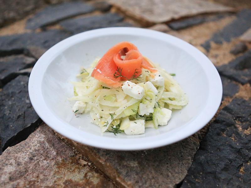Salade croquante au saumon fumé et fêta